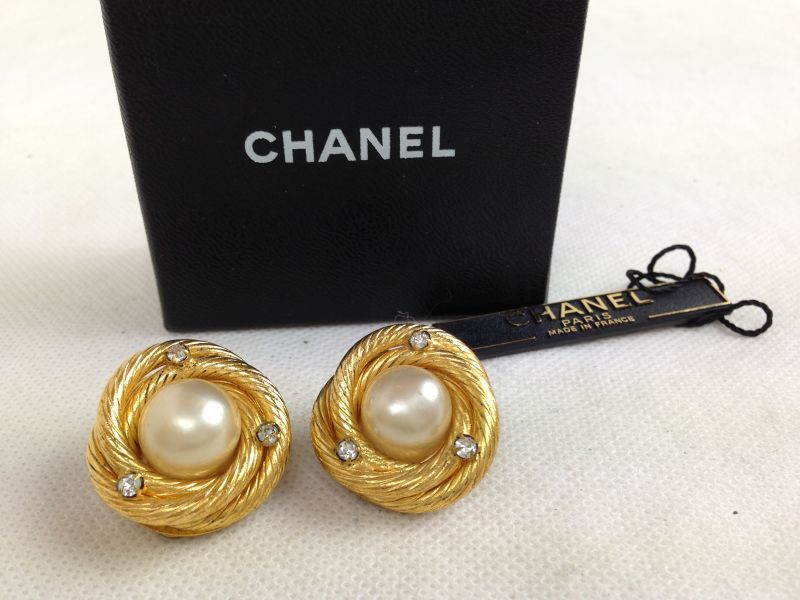 Photo1: Authentic CHANEL Clip On Earrings Imitation pearl Gold Tone Rhinestone 5G282040# (1)